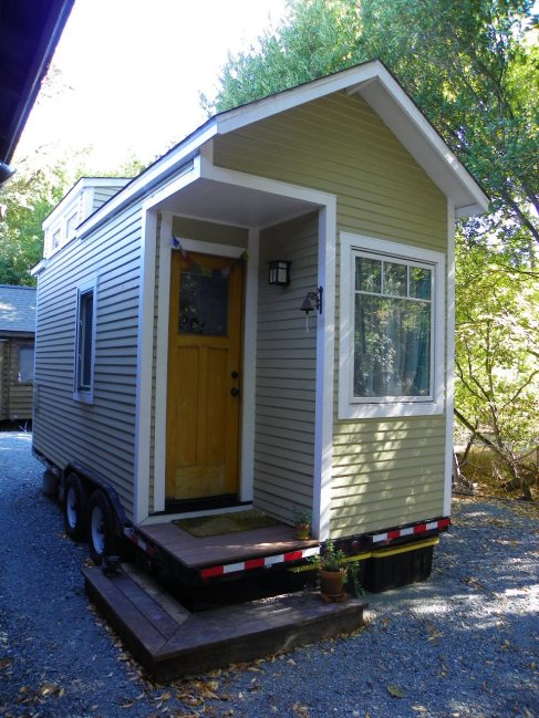 Hillary's Tiny House outside